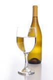 Weinflasche mit einem Glas Stockfotografie