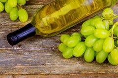 Weinflasche, -traube und -korken auf Holztischsommer-Weinhintergrund stockfotografie