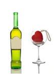 Weinflasche und ein leeres Glas stockfoto
