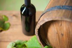 Weinflasche und -faß Stockfotografie