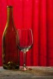 Weinflasche und -glas Stockfoto