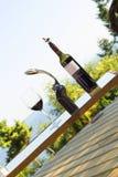 Weinflasche und -glas im Freien Stockfotos
