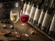 Weinflaschen auf dem hölzernen Regal stockbilder