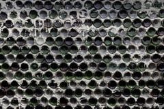 Weinflaschen auf einem alten Flaschengestell lizenzfreie stockfotos