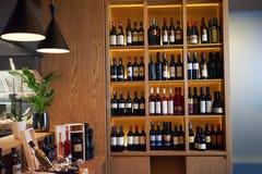 Weinflaschen auf einem hölzernen Regal Stockbilder