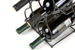 Weinflaschen auf einer Zahnstange Stockfoto
