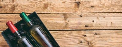 Weinflaschen auf hölzernem Hintergrund, Draufsicht, Kopienraum stockfotos