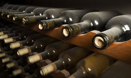 Weinflaschen auf Regal Stockbild