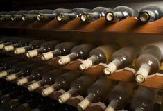 Weinflaschen auf Regal Lizenzfreies Stockbild