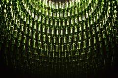 Weinflaschen, die von der Decke hängen Stockfotografie