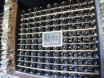 Weinflaschen, die Weinleseweinproduktion 1999 reifen lizenzfreie stockbilder