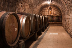 Weinflaschen im Keller Lizenzfreies Stockfoto