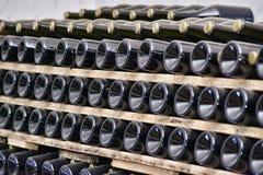 Weinflaschen im Weinkeller Stockfotografie