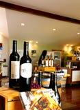 Weinflaschen und -fässer Lizenzfreies Stockfoto