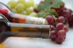 Weinflaschen und -trauben Stockbilder