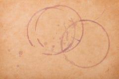 Weinflecke auf braunem Papier Stockbilder