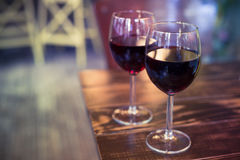 Weingläser auf dem Hintergrund der Bar Lizenzfreies Stockfoto