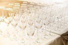Weingläser auf dem Tisch mit alter Modeart Stockbild