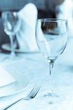 Weingläser auf der angeordneten Tabelle Stockfoto