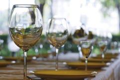 Weingläser auf der Tabelle Stockfoto