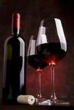 Weingläser auf der Tabelle stockfotos