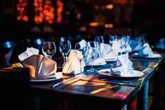 Weingläser auf der Tabelle in der Dunkelheit Stockfoto