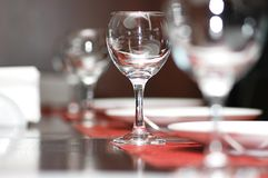Weingläser auf der Tabelle - SH Lizenzfreie Stockbilder