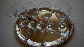 Weingläser auf einem Behälter Stockfotografie