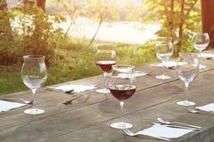 Weingläser auf einem Holztisch Lizenzfreie Stockfotografie