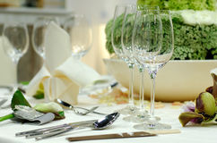 Weingläser auf einem Speisetische stockbild