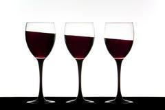 Weingläser auf einer Neigung Stockfotografie