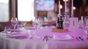 Weingläser auf einer Tabelle in einem Restaurant Gesamtlänge durch Schieber (Transportwagen) stock video