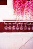 Weingläser, die unten herauf Seite hängen lizenzfreie stockfotos