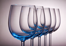 Weingläser in einer Reihe Lizenzfreies Stockbild