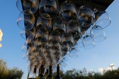 Weingläser gestapelt auf schwarzes Metallhängenden Barglasgestellen in einer Bar stockfotos