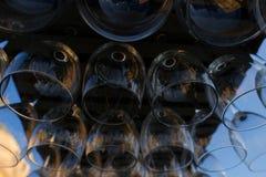 Weingläser gestapelt auf schwarzes Metallhängenden Barglasgestellen in einer Bar stockfoto