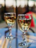 Weingläser im Straßenkaffee Lizenzfreies Stockfoto