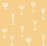 Weingläser mit Champagner auf gelbem Hintergrund Lizenzfreie Stockbilder