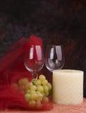 Weingläser, Trauben, Kerze Stockfoto