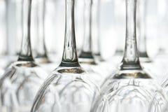 Weingläser umgedreht Stockfotos