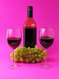 Weingläser und -flasche mit Trauben Stockfotos