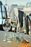 Weingläser und -teller auf der Sommerterrasse des Restaurants lizenzfreie stockfotos