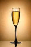 Weinglas über Goldhintergrund Lizenzfreies Stockfoto