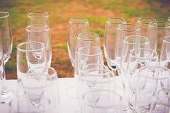 Weinglas auf dem Tisch mit Sonnenuntergangmoment Lizenzfreie Stockfotos