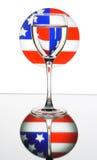 Weinglas auf der amerikanischen Flagge Stockbild