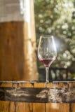 Weinglas auf einem Fass Stockbild