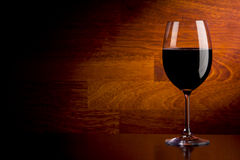 Weinglas auf einem hölzernen Hintergrund Stockfoto