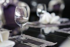 Weinglas auf einer Tabelle Stockfotos