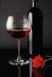 Weinglas, -flasche und -ROT stiegen Stockbild