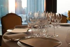 Weinglas gründete auf Abendtische im Restaurant Stockfotos